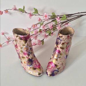 NWOB Bamboo Pink Suede Flower Heeled Boots SZ 6.5